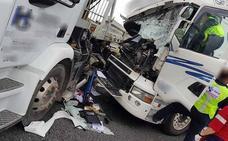 Herido un conductor al colisionar dos camiones en la A-6 en Martín Muñoz de la Dehesa