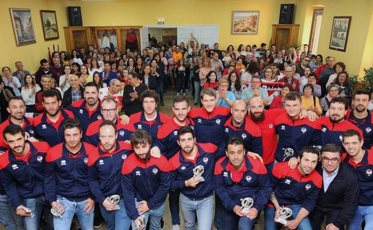 Emotivo homenaje de los vecinos de Nava de la Asunción a su equipo de balonmano