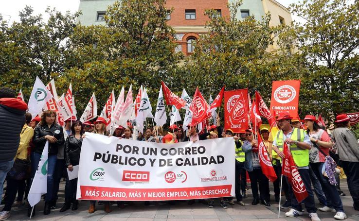 Concentración en Valladolid de los trabajadores de Correos