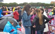 La espera de los fans de Operación Triunfo bajo la lluvia en Valladolid