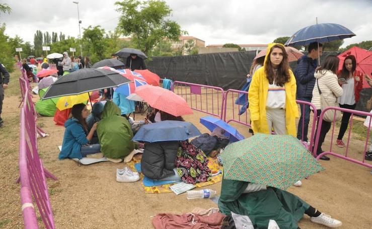 Fans de Operación Triunfo a la espera de entrar al concierto
