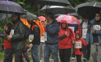 Varios centenares de valientes salen a la calle en el VI Día de la Familia en Marcha Caixabank