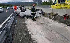 Tres heridos tras saltarse con su coche el quitamiedos de la AP-6 y volcar junto a la mediana