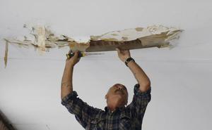 Los vecinos piden al Ayuntamiento que repare los soportales de la avenida Simón Nieto