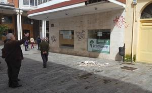 Se hunde una parte de la marquesina de un antiguo comercio de la Calle Mayor de Palencia