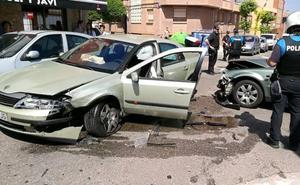 Colisionan dos turismos y uno golpea a un coche aparcado en Valladolid