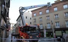 Los bomberos aseguran el tejado de un céntrico edificio de Segovia