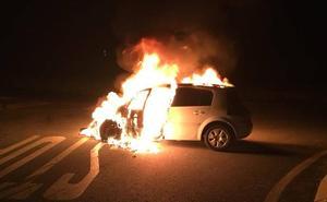Dos heridos y un coche ardiendo en una colisión en Garcillán