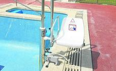 Villamuriel incorpora un elevador acuático en la piscina y abre un parque para perros