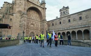 Los peregrinos ultiman la marcha nocturna hasta la ermita del Cristo de Cabrera