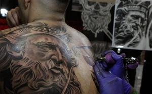 OCU advierte sobre los riesgos y limitaciones de los tatuajes en la salud