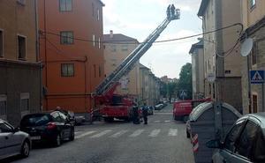 Los bomberos aseguran una cornisa en el barrio de San José