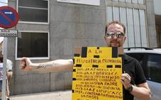 Protesta en la Audiencia porque lleva 901 días sin ver a su hijo, pese a la custodia compartida
