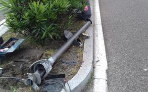 Un conductor derrumba un semáforo tras una maniobra errónea en Delicias