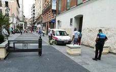 Unas macetas con vallas controlan el acceso de coches a Constitución y la Plaza Mayor
