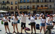 Los estudiantes dan visibilidad a los refugiados en la Plaza Mayor