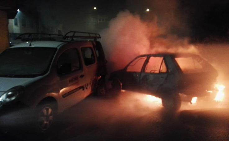 Arden varios vehículos en la calle Guipúzcoa