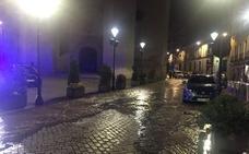 El reventón de una tubería inunda la calle San Benito de Valladolid