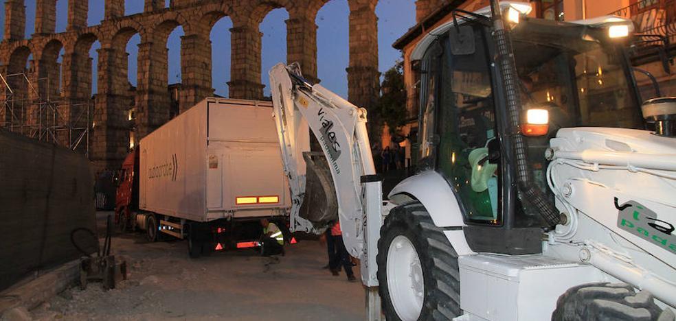 El camión de una orquesta se queda atascado en la calle San Juan