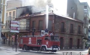 Las llamas tras la explosión de un edificio en La Bañeza obligan a desalojar las viviendas colindantes