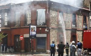 La explosión de un edificio en La Bañeza se salda sin heridos tras casi cinco horas de intervención de los bomberos
