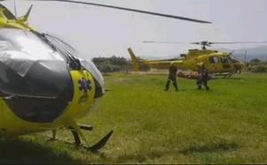 El Grupo de Rescate de Protección Civil evacua en helicóptero a una mujer herida en Candeleda