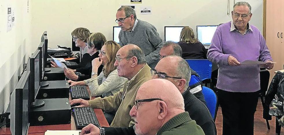 De exdirectivo financiero a profesor informático en Santovenia a los 85 años