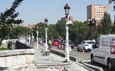 El Puente Mayor de Valladolid luce sus nuevas farolas