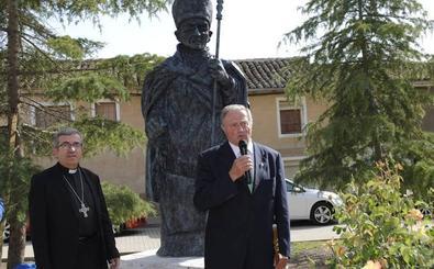 Una escultura perpetúa el recuerdo del obispo Diego Pérez en la Plaza Mayor de Villamuriel