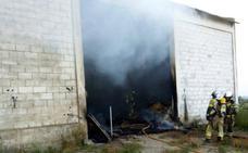 Los bomberos sofocan un incendio en una nave del camino de Palomares de Valladolid