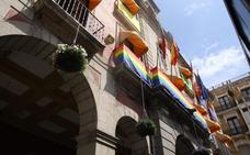 La bandera del arcoíris ondea en la fachada del Ayuntamiento de Zamora