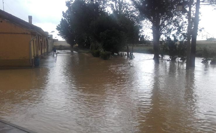 Una tromba de agua inunda calles e inmuebles en Vega de Ruiponce