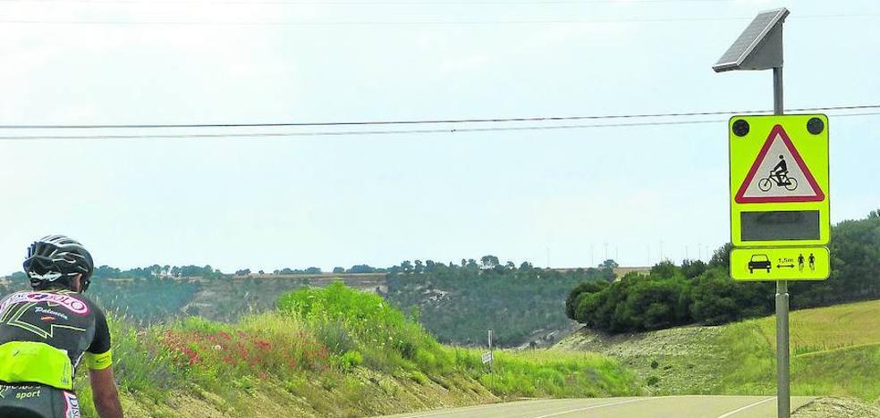 La Junta prueba en Wamba una señal que detecta y avisa de la presencia de ciclistas