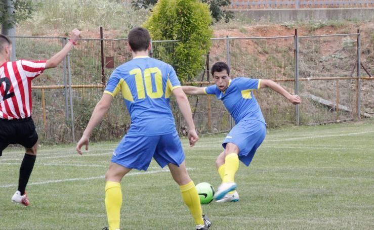 Los árbitros muestran en Salamanca su habilidad jugando al fútbol