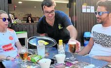 Café y cañas por la integración en un chiringuito de Viana