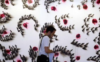 El Patio Herreriano condensa la evolución pictórica de Juan Genovés en cuarenta obras