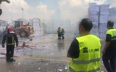 Arden 1.700 toneladas de papel en el recinto exterior de Europac en Palencia