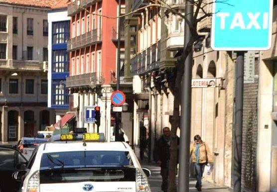 Detenido un taxista en Valladolid sin taxímetro, sin placa de Servicio Público y con la ITV caducada