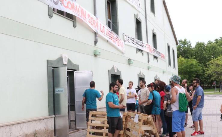 Activistas del colectivo La Molinera en el antiguo hotel Marqués de la Ensenada