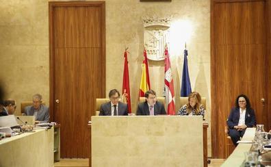 El PP desoye a la oposición y se empeña en mantener a Franco en el salón de plenos