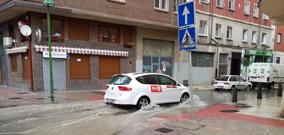 Calles anegadas y balsas de agua por la capital tras una intensa tromba