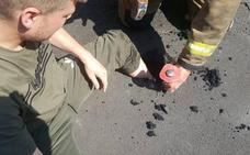 Un joven queda atrapado en el asfalto
