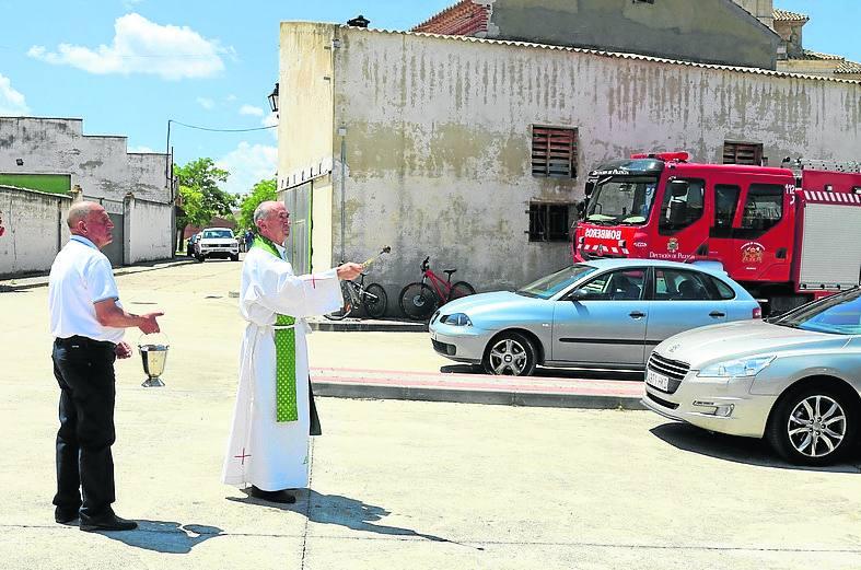 El patrón bendice los vehículos de los conductores en Baltanás