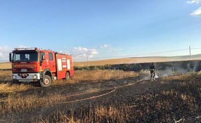 Continúa activo, pero controlado, un incendio en Gomeznarro (Medina del Campo)