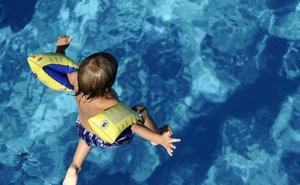 Atendida una niña de cinco años con síntomas de ahogamiento tras ser rescatada de la piscina de Cacabalos