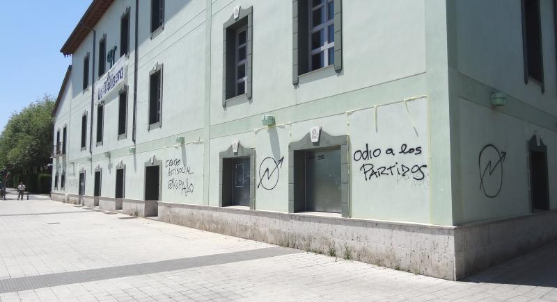 Los okupas de La Molinera se topan con la legalidad para eliminar pintadas de la fachada
