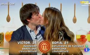 Un beso entre Víctor y Sofía confirma su relación