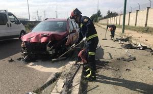 Un conductor ebrio choca contra una valla y su hijo menor resulta herido en la Avenida de Soria de Valladolid
