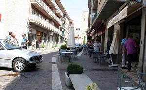 Un conductor de 90 años se empotra contra la puerta de un bar de Cuéllar tras llevarse por delante la terraza
