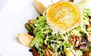 Lo que no debes añadir a tu ensalada si quieres que sea un plato saludable